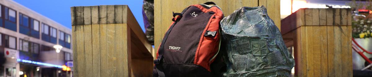 Två ryggsäckar - en verklig och en skulptur. Foto: Christina Wallnér, No WaIT AB